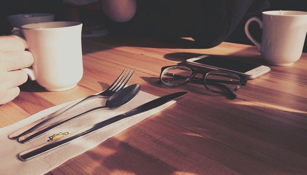 Smartphone protocol en stacking op restaurant.